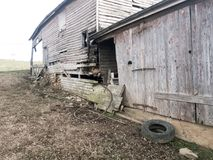 Dilapidated farm house and attached barn Royalty Free Stock Photography