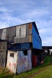 Dilapidated ha ondulato le costruzioni d'acciaio Immagine Stock