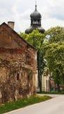 Dilapidated huis en toren van kerk, tot bloei komende kastanjeboom Chrà ¡ Å ¡ Å¥any dichtbij nad Vltavou, Tsjechische republiek v royalty-vrije stock fotografie