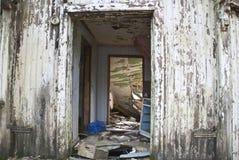 Dilapidated hus, huvudingång Arkivfoton
