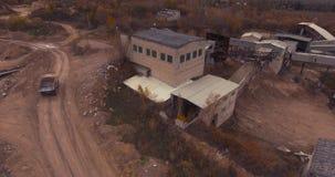 Dilapidated installatie voor de productie van beton stock footage
