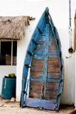 Dilapidated oude boot die tegen gipspleistermuur Yucatan leunen Mexico stock foto's