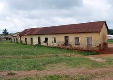 Dilapidated scholenbouw in Afrika humanitair royalty-vrije stock fotografie