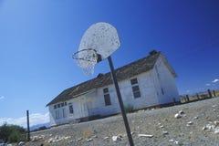 Dilapidated skola på en indisk reservation Royaltyfri Bild