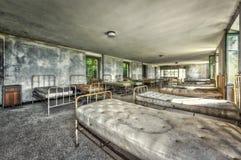 Dilapidated slaapzaal in het verlaten kinderenziekenhuis royalty-vrije stock afbeeldingen