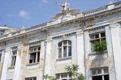 Dilapidated voorgevel van een vroeger bankgebouw royalty-vrije stock afbeelding