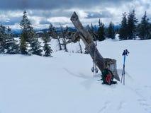 Dilazione remota di Skiiers: I Mountain View di Darland dopo il lungo fanno un'escursione su fotografia stock