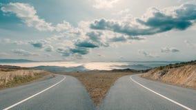 Dilema com as estradas da montanha que spliting em duas maneiras Imagem de Stock Royalty Free