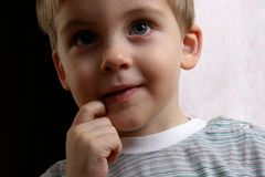 Dilemma für kleinen Jungen Lizenzfreie Stockbilder