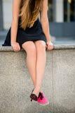 Dilemme de chaussure - espadrilles contre des talons hauts Photos stock