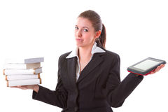 Dilemme entre le livre et le lecteur d'ebook Photographie stock libre de droits