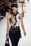 Diletta Paci camina la pista en la demostración de Versace durante Milan Fashion Week Spring /Summer 2018 foto de archivo libre de regalías