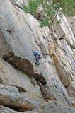 Dilettante di scalata di montagna su una roccia ripida Fotografia Stock