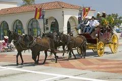 Diligens under invigningsdag ståtar ner State Street, Santa Barbara, CA, gamla spanska dagar fiestaen, Augusti 3-7, 2005 Arkivfoto