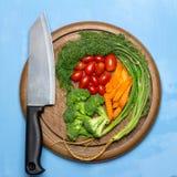 dill Behandla som ett barn tomater morot brocaded Kniv på gammal hugga av bo Royaltyfri Fotografi