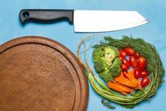dill Behandla som ett barn tomater morot brocaded Kniv på gammal hugga av bo Arkivbild