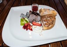 Dillande-, glass- och fruktefterrätt Royaltyfri Foto