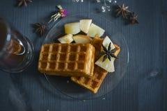 Dillandear med saftig frukt och te för frukost Royaltyfri Bild