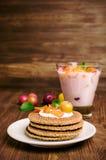 Dillandear och hemlagad yoghurt med körsbärsröda plommoner Arkivbild
