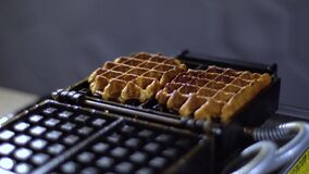 Dillandear tas från ett dillandejärn/lagade mat dillandear stock video