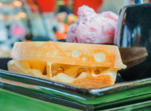Dillandear tjänade som med glass, smör och kaffe, matuppsättningen för b Fotografering för Bildbyråer