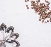 Dillandekökshandduk, kaffesked och kaffebönor Royaltyfri Foto