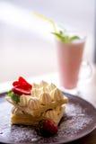 Dillanden med den kräm- jordgubben och mjölkar coctailen Arkivfoton