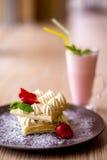 Dillanden med den kräm- jordgubben och mjölkar coctailen Royaltyfri Foto
