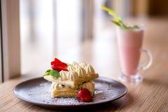 Dillanden med den kräm- jordgubben och mjölkar coctailen Royaltyfri Bild