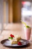 Dillanden med den kräm- jordgubben och mjölkar coctailen royaltyfri fotografi