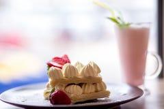 Dillanden med den kräm- jordgubben och mjölkar coctailen royaltyfria bilder