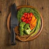 dilled Dziecko pomidory marchew brokuły Nóż na starym sieka bo zdjęcia stock