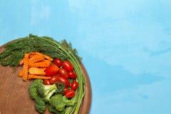 dilled Dziecko pomidory marchew brokuły na starym ciapania borad zaleca się fotografia royalty free