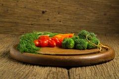 dilled Dziecko pomidory marchew brokuły na starym ciapania borad zaleca się obrazy stock