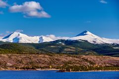 Dillon Reservoir och svanberg Steniga berg, Colorado royaltyfria bilder