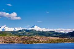 Dillon Reservoir och svanberg Steniga berg, Colorado arkivfoto
