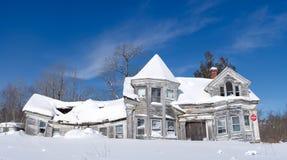 Dilpidated gammalt hus från forntiden Royaltyfri Foto