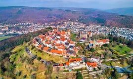 Dilsberg鸟瞰图,有一座城堡的一个镇在内卡河圈围拢的小山的上面 德国 免版税库存图片