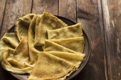 Dilua crepes ucranianos em pratos de uma louça em um tabl de madeira escuro Foto de Stock