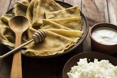 Dilua crepes ucranianos, requeijão e a nata ácida em um crocke Imagens de Stock