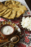 Dilua crepes ucranianos, requeijão, nata ácida em uma louça Fotos de Stock