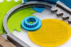 Dilua a engrenagem impressa 3D verde com camadas visíveis de plástico que é sustentável Imagens de Stock