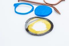 Dilua objetos impressos 3D verdes com camadas visíveis de plástico que é sustentável Foto de Stock