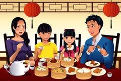 Dim sum chino de la consumición de la familia Fotos de archivo libres de regalías