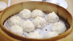 Dim sum cotto a vapore cinese in contenitori di bambù video d archivio