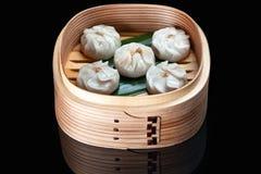 Dim sum cuit à la vapeur par Chinois dans le panier en bambou images libres de droits