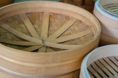 Dim sum dans le vapeur en bambou, cuisine chinoise Photos stock