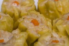 Dim sum de las bolas de masa hervida de Shumai del camarón y del cerdo Foto de archivo libre de regalías