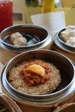 Dim sum kleverige rijst of rijstbol in stoombootmand stock foto's