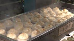 Dim sum-Mehlkloßlebensmittel an touristischem Handelszentrum Yuyuan in Shanghai, China stock footage